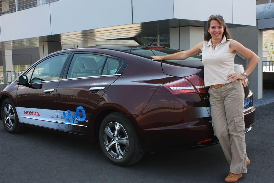 Nicole Y. Jodeleit vor dem Honda FCX Clarity