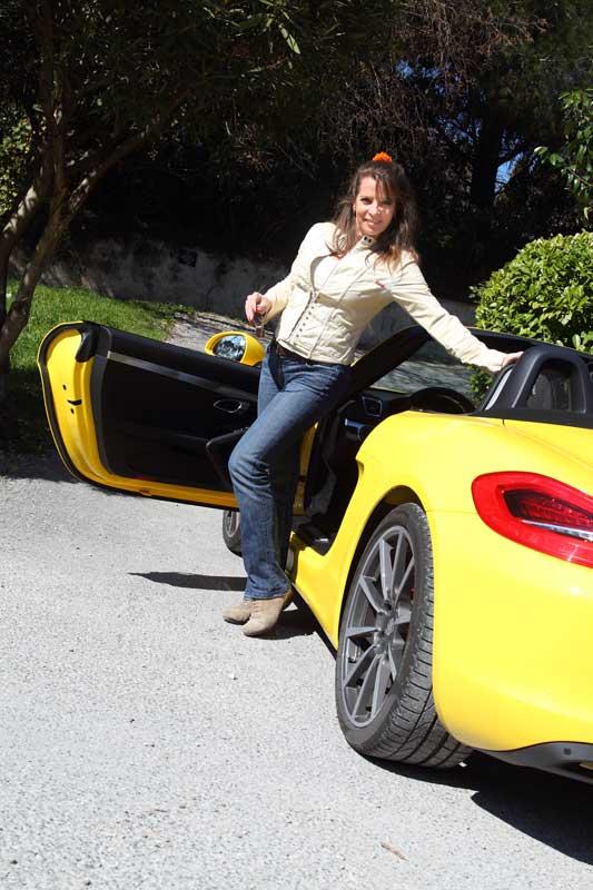 Auto-Diva steigt in Porsche Boxster S ein