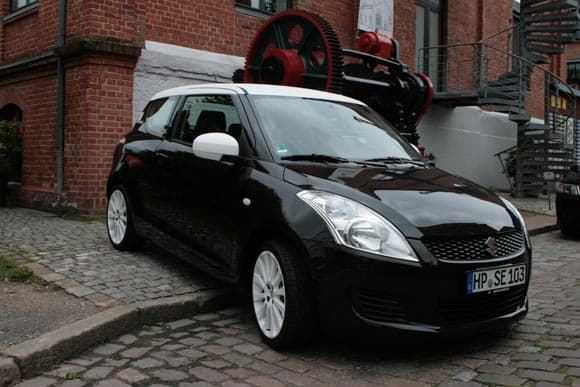 Suzuki swift black white den Splash  4