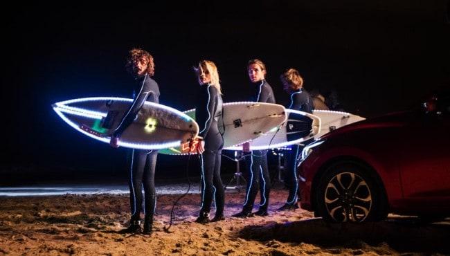 Mazda2 leuchtet den Surfern den Weg