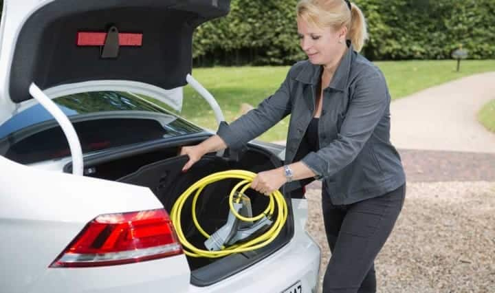 Auf dem Parkplatz das Ladekabel der VW Passat GTE Limousine herausholen