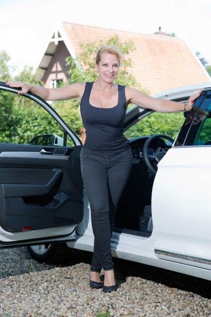 Auto-Diva Nicole Y. Jodeleit mit dem Passat GTE