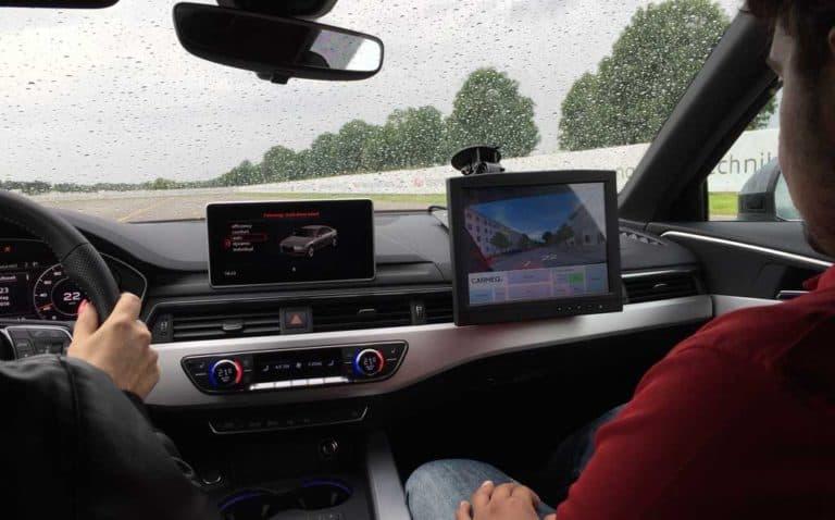 Audi virtual experience VR-Brille und Kontrollmonitor