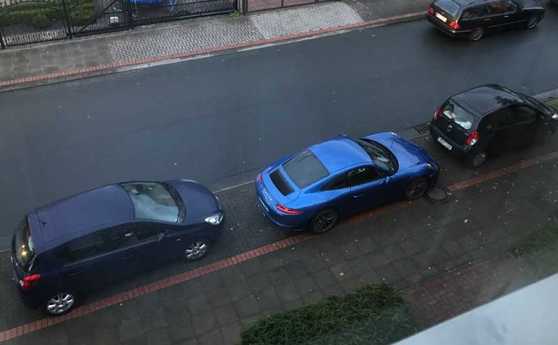 Porsche 911 von oben aus dem Küchenfenster