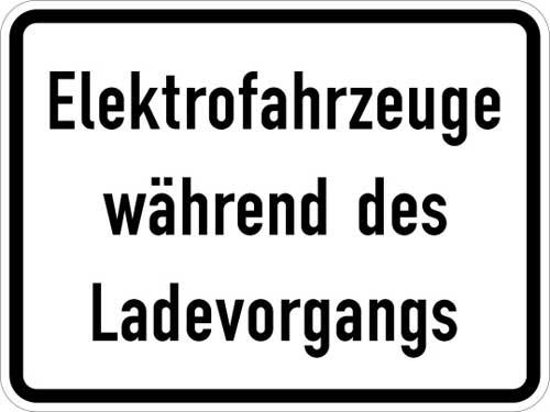 Zusatzzeichen 1050 (zum Parkschild) auf dem Parkplatz: Elektrofahrzeuge während des Ladevorgang